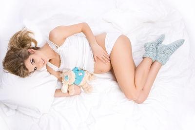 беременная лежит на кровати